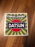 Pitkän päälle Datsun -tarra, iso 22,5 x 22,5 cm