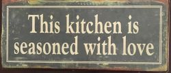 This kitchen is seasoned with love -kilpi, 12,5 x 30 cm